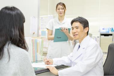 問診票を元に診察をする医師と看護婦
